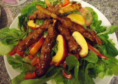 Leckerer Salat mit Fleischbeilage Bei Christian in Massing