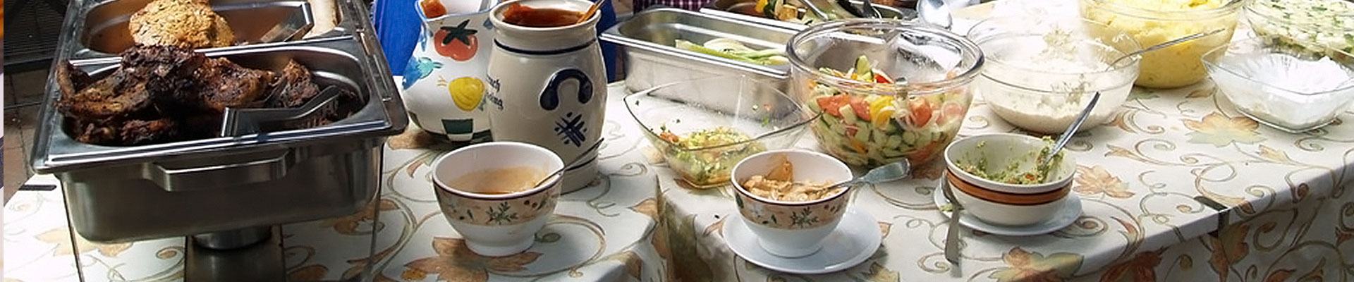 Herrlich angerichteter Tisch mit vielen verschiedenen Köstlichkeiten