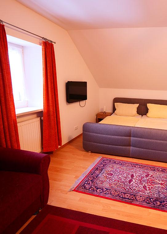 Fremdenzimmer mit Doppelbett in der Pension Bei Christian in Massing aus einer anderen Perspektive